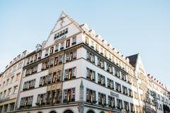 慕尼黑, 2017年12月29日:精品店赫姆斯的大厦在城市的大广场 时兴巴黎人 免版税库存照片