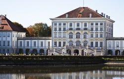 慕尼黑, Nymphenburg宫殿,与池塘的门面 库存照片