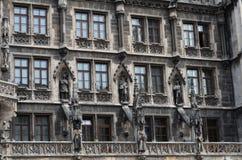 慕尼黑` s新的城镇厅Windows Marienplatz的在德国 免版税库存图片