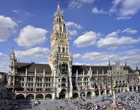 慕尼黑Marienplatz的市政厅在夏天 免版税库存照片