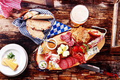 慕尼黑啤酒啤酒的节日午餐用面包、肉和乳酪 免版税库存照片