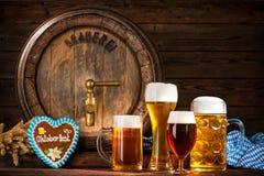 慕尼黑啤酒节与啤酒杯的啤酒桶 库存照片