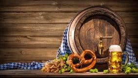 慕尼黑啤酒节啤酒桶和啤酒杯 库存照片