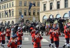 慕尼黑啤酒节服装和步枪兵的游行 免版税库存图片