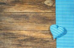 慕尼黑啤酒节的土气巴法力亚背景与蓝色和白色仿造了心脏 免版税库存图片