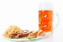 慕尼黑啤酒节菜单、啤酒杯、香肠板材和德国泡菜 库存图片