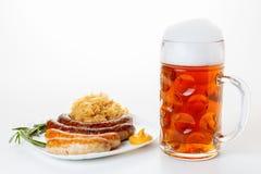 慕尼黑啤酒节菜单、啤酒杯、香肠板材和德国泡菜 图库摄影