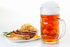 慕尼黑啤酒节菜单、啤酒杯、香肠板材和德国泡菜 免版税库存图片
