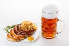 慕尼黑啤酒节菜单、啤酒杯、香肠板材和德国泡菜 免版税库存照片