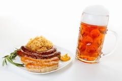 慕尼黑啤酒节菜单、啤酒杯、香肠板材和德国泡菜 库存照片