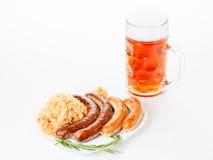 慕尼黑啤酒节菜单、啤酒杯、香肠板材和德国泡菜 免版税图库摄影