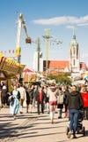 慕尼黑啤酒节访客 免版税库存照片