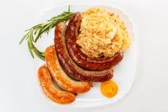 慕尼黑啤酒节香肠菜单、板材和德国泡菜 库存照片