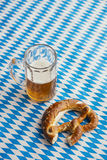 慕尼黑啤酒节:椒盐脆饼和啤酒在巴法力亚桌布 图库摄影