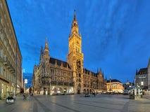 慕尼黑在晚上,德国Marienplatz广场的新市镇霍尔  库存图片