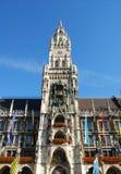 慕尼黑城镇厅时钟塔在阳光下 免版税库存图片
