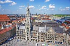 慕尼黑市政厅和Marienplatz鸟瞰图 免版税库存图片