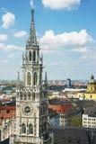 慕尼黑市政厅塔和中心地平线 库存图片