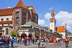 慕尼黑德国-与圣皮特圣徒・彼得教会近星点和老ci的都市风景 免版税库存图片