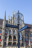 慕尼黑新的市政厅Marienplatz的有的路牌前面 免版税图库摄影