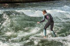 """慕尼黑- 8月08 :女性冲浪者在慕尼黑工作有争议的Eisbach定波†""""周年2015年8月08日,德国 免版税库存照片"""