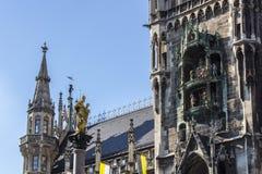 慕尼黑的玛丽亚专栏和在Marienplatz, Ger的铁琴 库存图片
