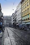 慕尼黑 街道在老城市的中心有石头块和电车方式的 免版税库存照片