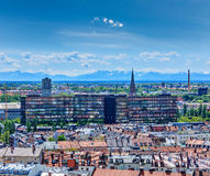 慕尼黑鸟瞰图有巴法力亚阿尔卑斯的在背景中 免版税库存图片