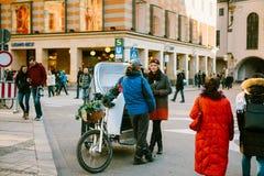 慕尼黑,德国, 2016年12月29日:一个人在与一名妇女的一个日期在慕尼黑的中心在Marienplatz广场 免版税库存图片