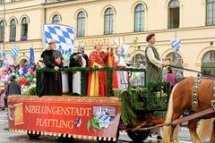 慕尼黑,德国, 2016年9月18日:在Octoberfest期间的传统服装游行2016年在慕尼黑 库存照片