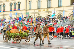 慕尼黑,德国, 2016年9月18日:在Octoberfest期间的传统服装游行2016年在慕尼黑 免版税图库摄影