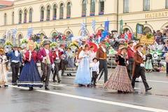 慕尼黑,德国, 2016年9月18日:在Octoberfest期间的传统服装游行2016年在慕尼黑 库存图片