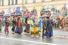 慕尼黑,德国, 2016年9月18日:在Octoberfest期间的传统服装游行2016年在慕尼黑 免版税库存照片