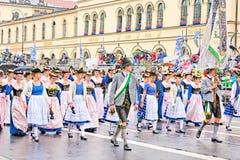 慕尼黑,德国, 2016年9月18日:在Octoberfest期间的传统服装游行2016年在慕尼黑 免版税库存图片