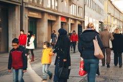 慕尼黑,德国, 2016年12月29日:移民一个友好的家庭步行沿着向下街道在慕尼黑 容差 免版税库存图片