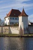 慕尼黑,德国:Blutenburg城堡,修造在Wuerm银行  图库摄影