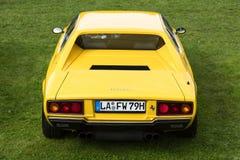 慕尼黑,德国- 2015年9月19日:一辆黄色1975年法拉利迪诺308 GT4经典跑车的一个背面图在绿草停放了 库存图片