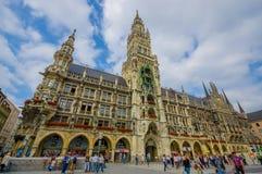 慕尼黑,德国- 2015年7月30日:与黏附它的高的塔的著名市政厅大厦,位于大广场 免版税库存图片