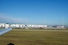 慕尼黑,德国- 2016年10月15日:乘出租车对跑道在机场,从平面业务分类里边的看法的飞机 免版税库存照片