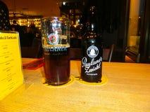 慕尼黑,德国- 2017年5月01日:在传统巴法力亚Tracht的内部在餐馆或客栈Stubn用啤酒 库存照片