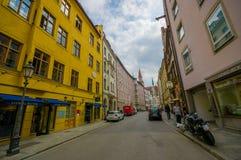 慕尼黑,德国- 2015年7月30日:在大广场区域附近位于的典型的迷人的城市街道 免版税库存照片