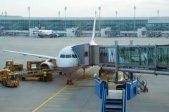 慕尼黑,德国- 2016年10月15日:在机场门的一架飞机, jetway 免版税库存照片