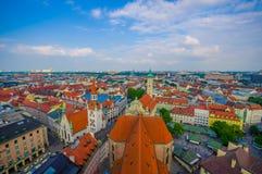 慕尼黑,德国- 2015年7月30日:在从上流采取的城市的美好的概要,显示strecthing作为眼睛的屋顶 免版税图库摄影