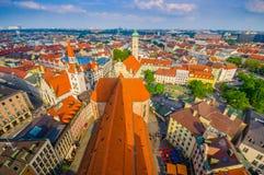 慕尼黑,德国- 2015年7月30日:在从上流采取的城市的美好的概要,显示strecthing作为眼睛的屋顶 免版税库存图片