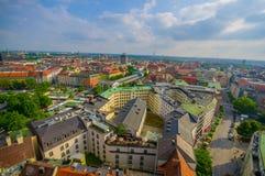 慕尼黑,德国- 2015年7月30日:在从上流采取的城市的美好的概要,显示strecthing作为眼睛的屋顶 库存图片