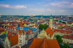 慕尼黑,德国- 2015年7月30日:在从上流采取的城市的美好的概要,显示strecthing作为眼睛的屋顶 库存照片