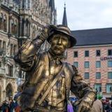 慕尼黑,德国- 2013年4月13日:在marienplatz的街道手势在慕尼黑挣钱作为一个典型的巴法力亚农村老人 库存照片