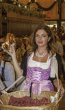 慕尼黑,德国- 2016年9月18日:慕尼黑啤酒节慕尼黑:传统服装的椒盐脆饼女孩在啤酒亭子 免版税库存图片