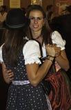 慕尼黑,德国- 2016年9月18日:慕尼黑啤酒节慕尼黑:跳舞在啤酒亭子的传统服装的2个女孩 库存照片