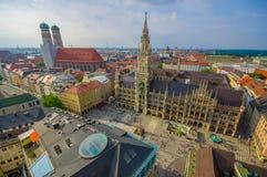 慕尼黑,德国- 2015年7月30日:显示美丽的市政厅大厦的壮观的图象,采取从俯视的上流  免版税库存照片